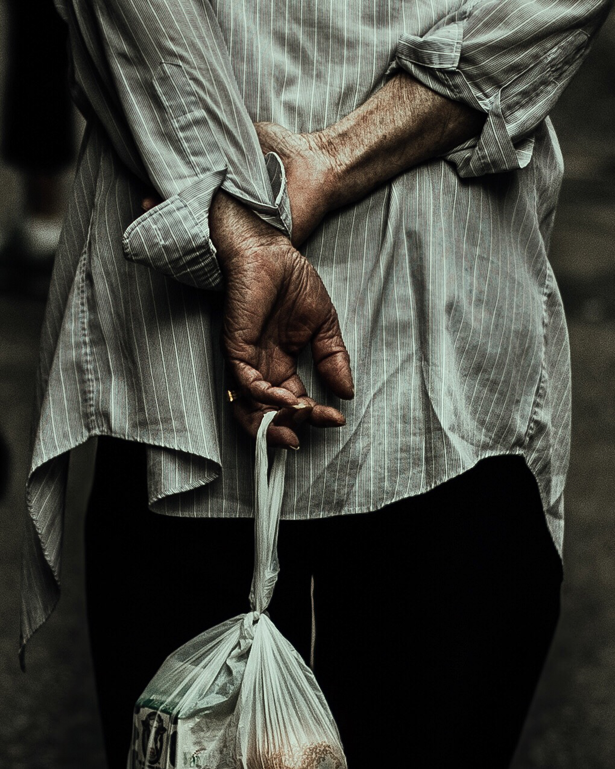 man walking with his hands clasped behind his back in new york, michelle viljoen, street photography, new york city, new york, street photography, photography, canon, canon 5d miv